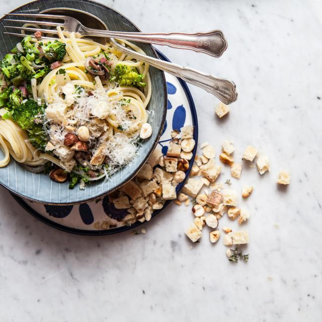 Rezept von Matt Wilkinson: Linguine mit Brokkoli, Kräutern und Haselnusscroûtons