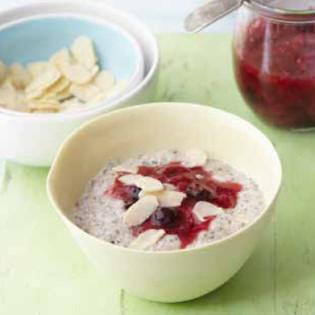 Rezept von Natasha Corrett & Vicki Edgson: Chia-Porridge mit Kuzu-Beeren Kompott