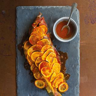 Rezept von Louisa Shafia: Ganzer Geschmorter Fisch mit Orangen und Safran