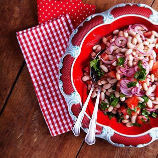Rezept aus LEON: Bohnensalat mit eingelegten Zwiebeln