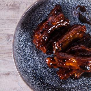 Rezept von Nigel Slater: Schnelle Schweinerippchen mit Honig und Granatapfelsirup