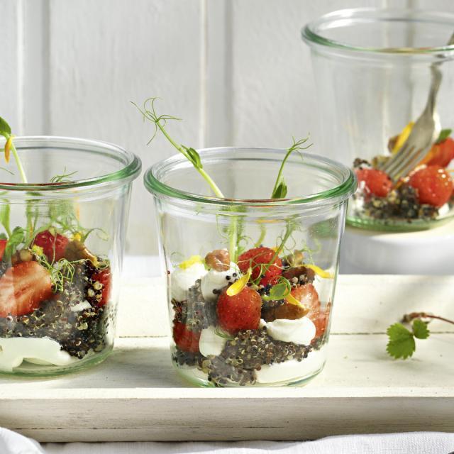 Rezept von Paul Ivic: Quinoasalat mit Erdbeeren & Ziegenfrischkäse