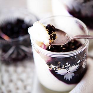 Aus Valentinas Küche: Buttermilch-Panna-Cotta mit Blaubeeren & Sesam
