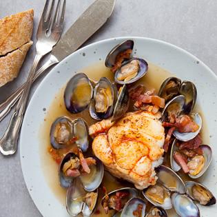 Rezept von Nigel Slater: Seeteufel mit Pancetta und Venusmuscheln