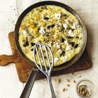 Rezept von Bettina Matthaei: Zucchini-Omeletts mit Oliven und Pinienkernen