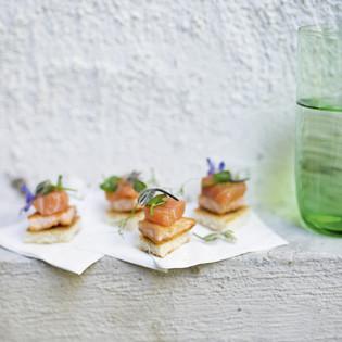 Rezept aus Fabelhaft Französisch: Zweierlei Lachs mit Zitrusvinaigrette und Borretschblüten