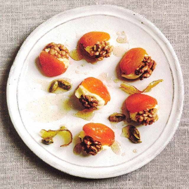 Rezept von Sabrina Ghayour: Gefüllte Aprikosen mit Walnüssen & Clotted Cream
