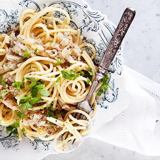 Rezept von Katie & Giancarlo Caldesi: Bigoli in Zwiebel-Sardinen-Sauce