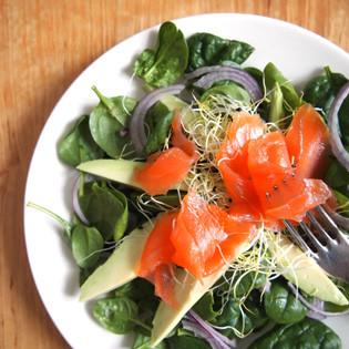 Rezept aus So frühstückt die Welt: Avocadosalat mit Lachs