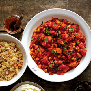 Rezept von Amy Chaplin: Spicy Chickpea Stew and Quinoa Pilaw with Sultanas and Almonds