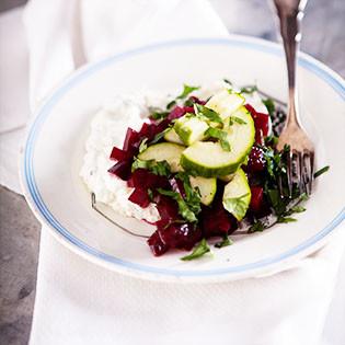 Rezept von Thomasina Miers: Gurkensalat mit Chili, Roter Bete & Ricotta