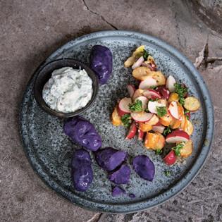 rezept von stevan paul blaue kartoffeln mit kr uterquark und brezel radieschen salat. Black Bedroom Furniture Sets. Home Design Ideas