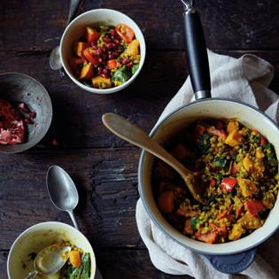 Rezept von Julie Montagu: Mungobohnen-Eintopf mit Süßkartoffeln & Granatapfel