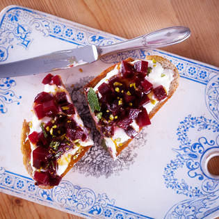 Rezept von Raquel Pelzel: Roasted Beets on Toasts with Labneh and Saffron Honey