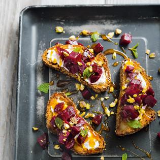 Rezept von Raquel Pelzel: Toast mit ofengegarter Roter Bete, Labneh und Safranhonig