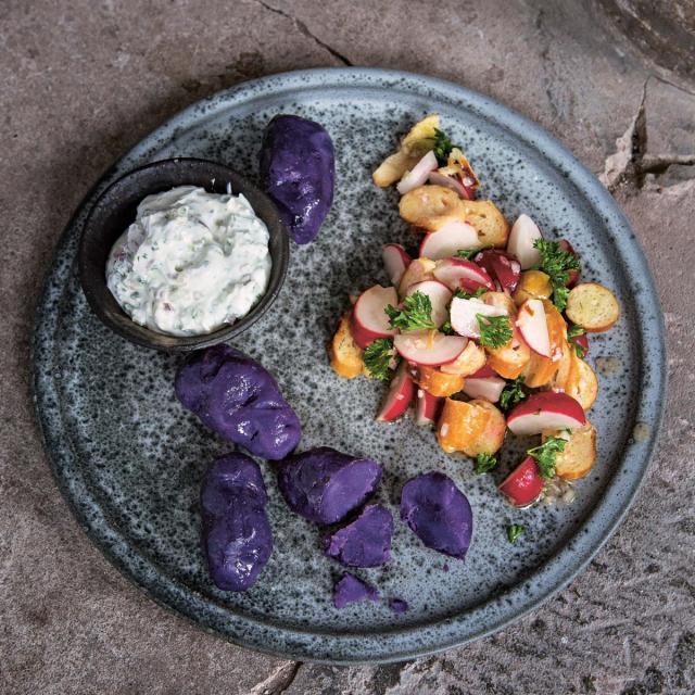 Rezept von Stevan Paul: Kartoffeln mit Kräuterquark & Brezel-Radieschen-Salat