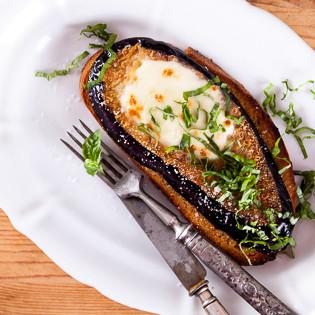 Rezept von Raquel Pelzel: Knuspriges Bauernbrot mit gebratenen Auberginen und Tomaten