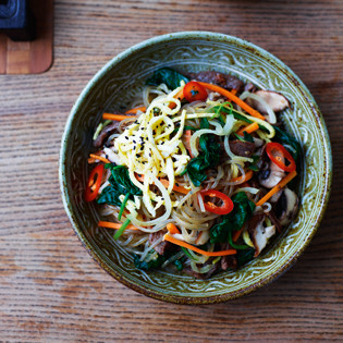 Rezept von Jordan Bourke & Rejina Pyo: Rindfleisch & Gemüse mit Glasnudeln