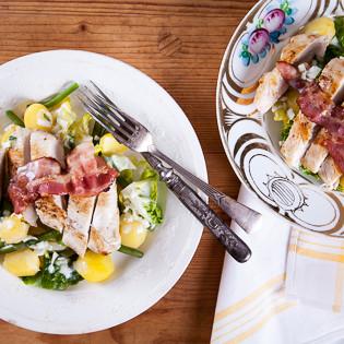 Rezept von Diana Henry: Salat aus Hähnchen, Bacon & Kartoffeln mit Buttermilch-Dressing