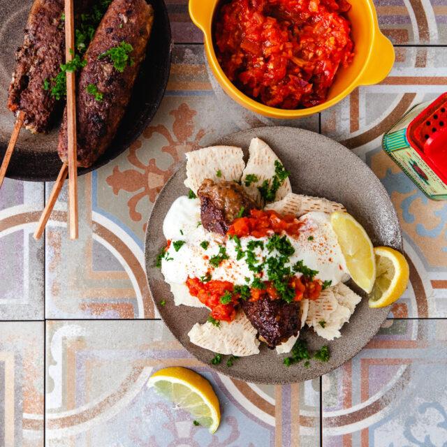 Rezept aus Istanbul: Gegrillte Köfte mit Joghurt & pikanter Tomatensauce