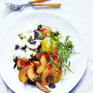 Rezept von Annie Rigg: Bunter Salat mit Pfirsichen, Büffelmozzarella und Pistazienpesto