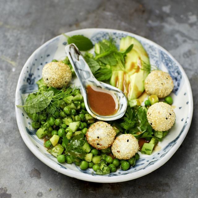 Rezept von Bettina Matthaei: Avocado-Erbsen-Salat mit Reisbällchen & Miso-Dressing