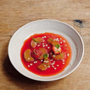 Rezept von William Ledeuil: Karamellisierter Rhabarber in Erdbeer-Eisenkrautbouillon