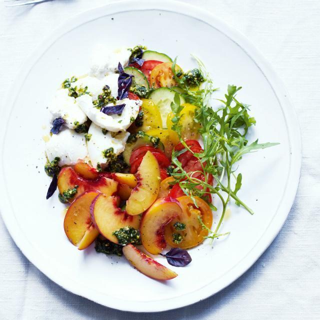 Rezept von Annie Rigg: Bunter Salat mit Pfirsichen & Büffelmozzarella