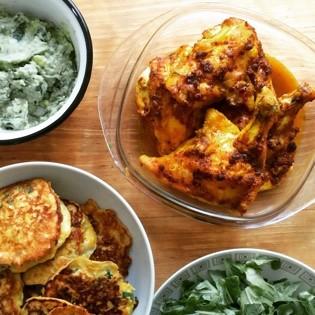 Rezept von Diana Henry: Kreuzkümmel-Kurkuma-Hähnchen mit Avocadocreme und Maisküchlein