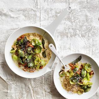 Rezept von Donna Hay: Cremiger Quinoa-Risotto mit Salbei-Mandel-Rosenkohl