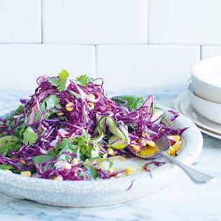 Rezept von Alex Elliott-Howery & James Grant: Rotkohlsalat mit eingelegtem Mais, Chilischoten und Koriander