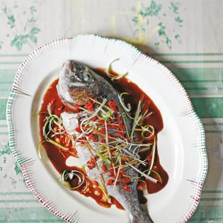Rezept von Lizzie Mabbott: Wolfsbarsch mit Gojibeeren