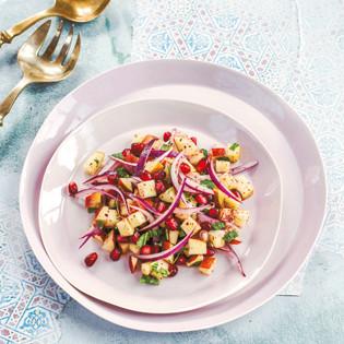 Rezept von Sabrina Ghayour: Apfel-Zwiebel-Salat mit Sumach und Granatapfel
