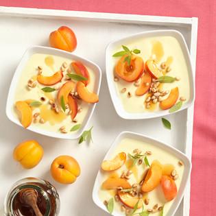 Rezept von Johanna Maier: Topfen-Honig-Flan mit Zitronenverbene und Wachauer Marillen