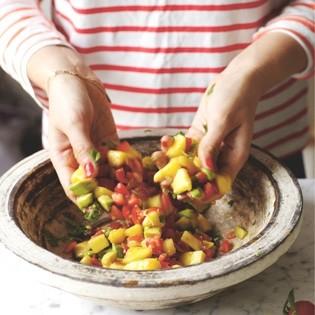 Rezept von Ella Woodward: Mango-Avocado-Salsa