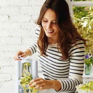 Rezept von Ella Woodward: Zucchininudeln mit Tomatenpesto
