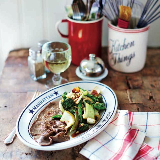 Rezept von Leila Lindholm: Minutensteaks mit Pak-Choi, Brokkoli & Pinienkernen