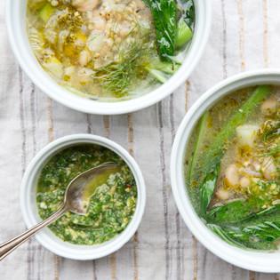 Rezept von Laura Agar Wilson: Frühlings-Minestrone mit Sorghum & Pesto