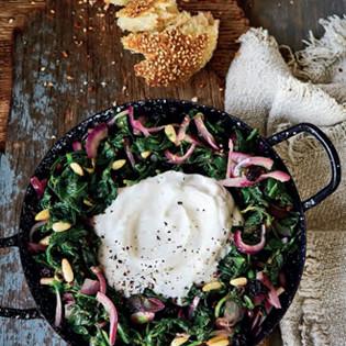 Rezept von Ghillie Başan: Spinat mit Korinthen, Pinienkernen & Joghurt