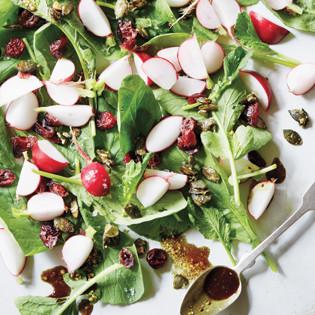 Rezept von Pascal Haag: Radieschenblatt-Salat mit karamellisierten Kürbiskernen