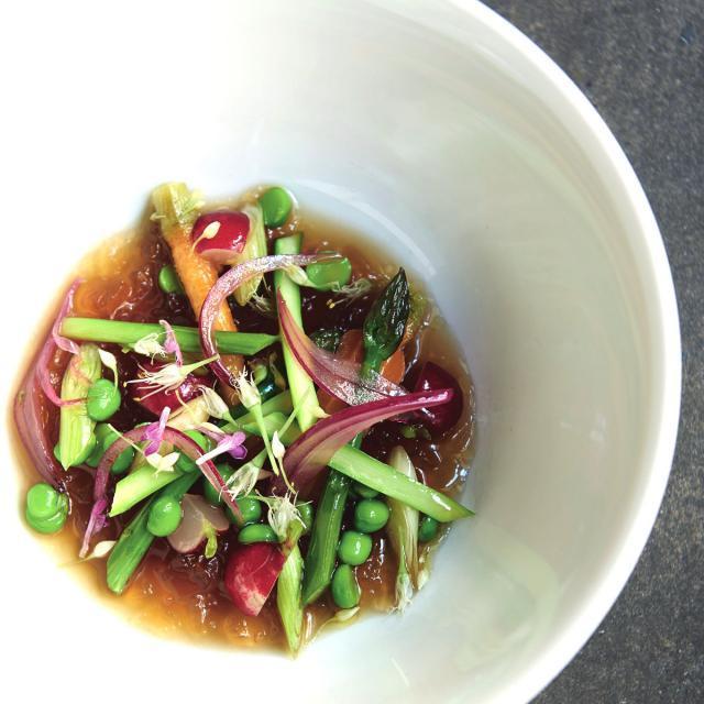 Rezept von William Ledeuil: Rinderbouillon mit Kräutern & Gemüse
