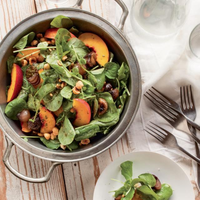 Rezept von Tal Ronnen: Pfirsichsalat mit glasierten Zwiebeln & Haselnüssen