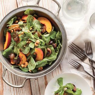 Rezept von Tal Ronnen: Pfirsichsalat mit glasierten Zwiebeln und Haselnüssen
