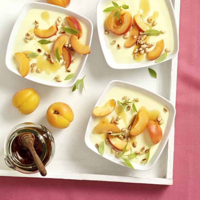 Rezept von Johanna Maier: Topfen-Honig-Flan mit Zitronenverbene & Marillen