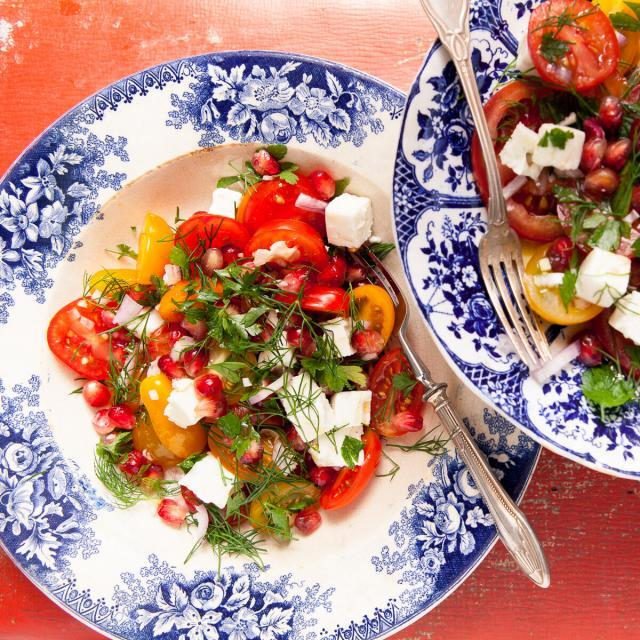 Rezept von Diana Henry: Tomaten, zarte Kräuter & Feta mit Granatapfel