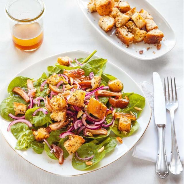Rezept von Orhan & Orkide Tançgil: Spinat-Salat mit Datteln & Mandeln