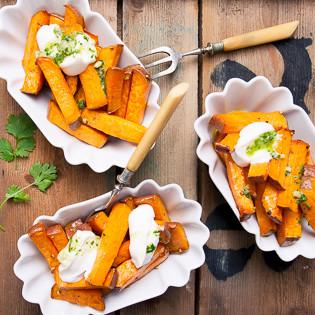 Rezept von Diana Henry: Süßkartoffeln mit Joghurt & Koriander-Chili-Sauce