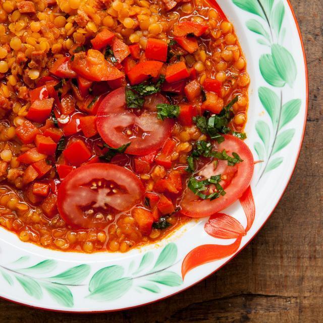 Aus Valentinas Küche: Rote Linsensuppe mit Chorizo, Paprika, Minze + Tomaten