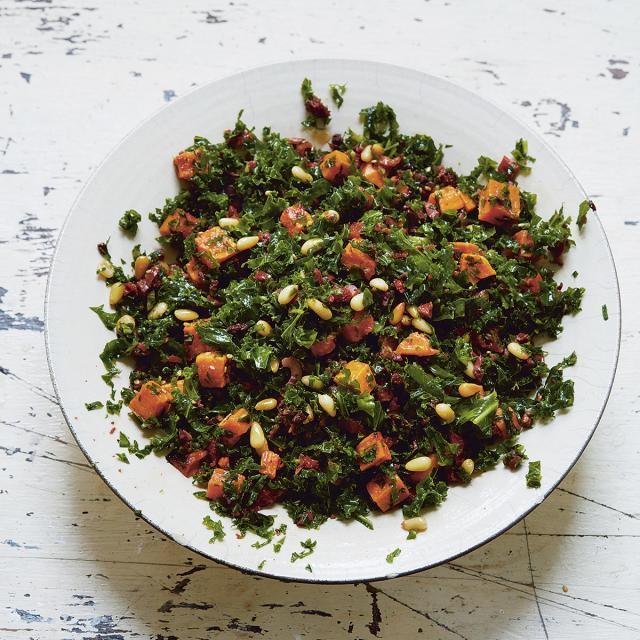 Rezept von Ella Mills: Grünkohlsalat mit getrockneten Tomaten, Oliven und Süßkartoffeln