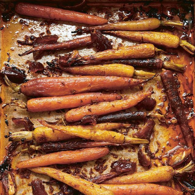 Rezept von Ella Mills: Ofenmöhren mit Kreuzkümmel und Datteln
